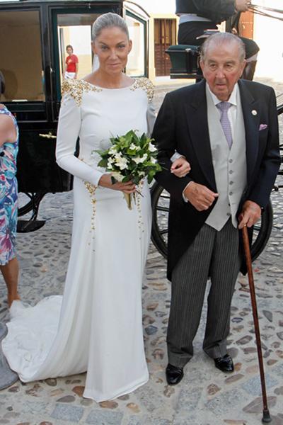 Mercedes a la llegada a la iglesia del brazo de su padre y padrino, el rejoneador y ganadero Fermín Bohórquez Escribano