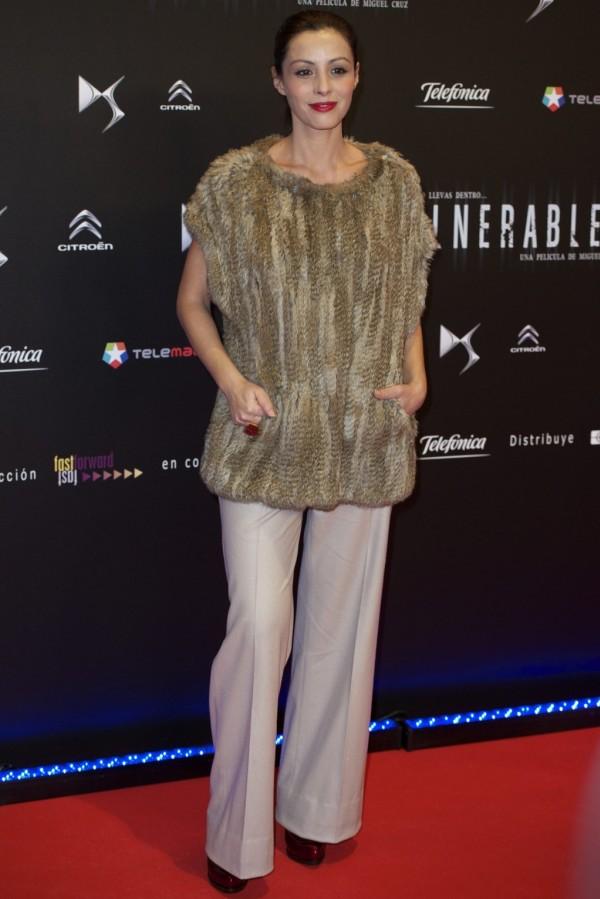 Ana Álvarez, con un original jersey de pelo con pantalones beige