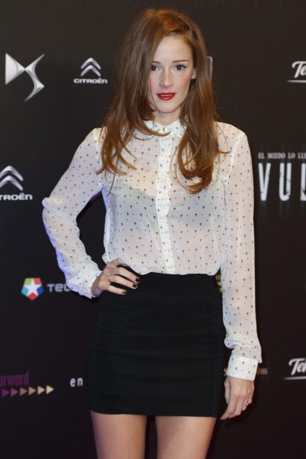 Ana Polvorosa que lució piernas con una falda corta negra y una blusa semitransparente blanca