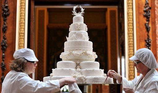 Rachel Jane Eardley (izquierda) y Diane Pallett haciendo los últimos retoques de la tarta nupcial.