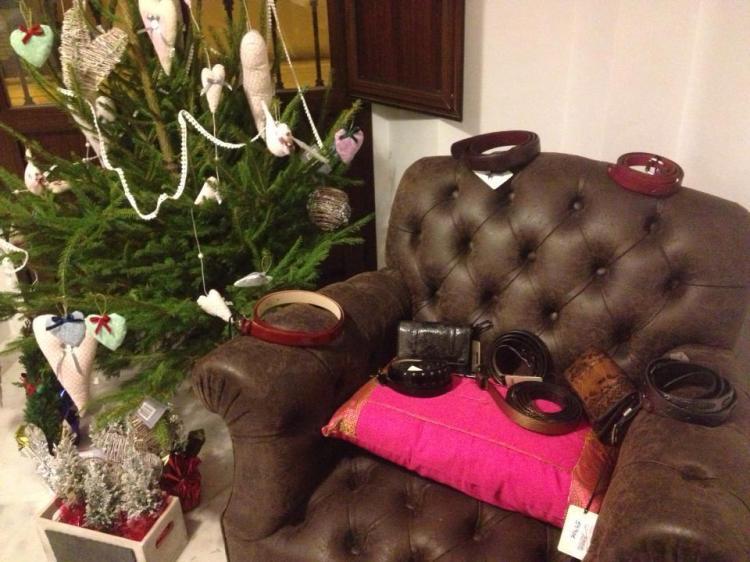 El rincón con nuestro árbol de regalos para los sorteos, engalanado con los productos donados por Calzados Zabol
