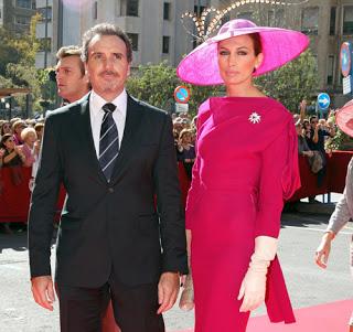 Nieves Álvarez muy elegante de la mano de su marido en la Boda de J.M. Manzanares