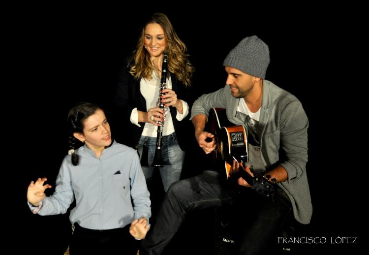 Luisa López y Carlos Peralías con niña de AGEDIS