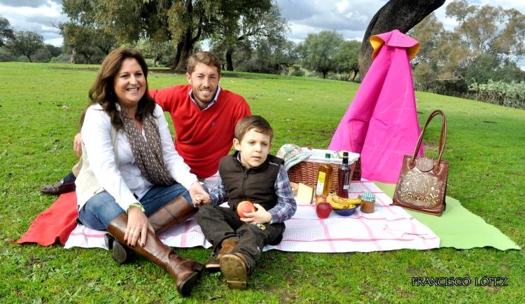 Lola Marín de 100%Natural con Manuel Escribano, matador de toros, y niño de AGEDIS