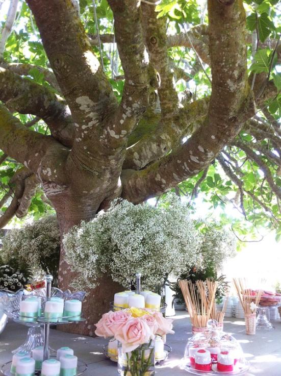 mesa-montada-bautizo-y-comunion-cupcakes-flores