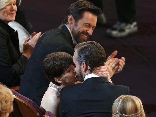 Anne Hathaway le dió un tierno beso a su esposo Adam Shulman en medio del show.