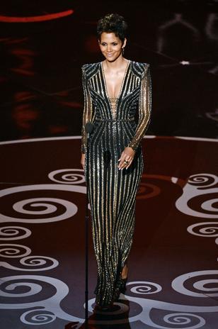 Así de despampanante la actriz Halle Berry iluminó el escenario para presentar el homenaje a los históticos films de James Bond.