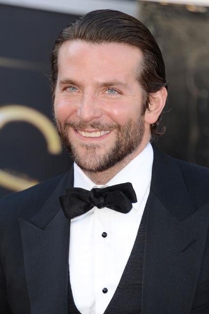 Bradley Cooper, engominado y con barba, lució pajarita en la alfombra roja.