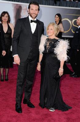 Bradley Cooper llega junto a su madre a la alfombra roja de los Oscar 2013