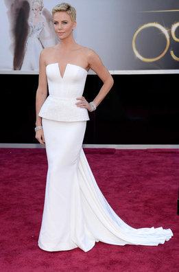 Charlize Theron con un traje blanco de Dior a su llegada a la alfombra roja de los Oscar 2013
