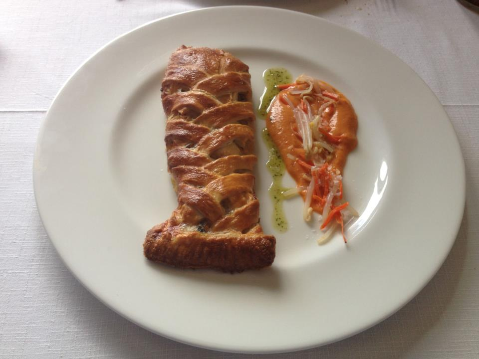 Cigala de hojaldre rellena de langostinos, mejillones y centollo acompañado con salmorejo