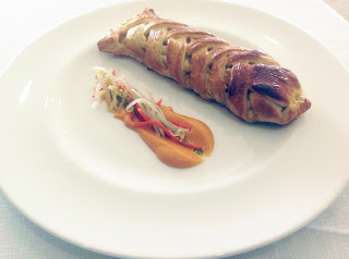 Cigala de hojaldre rellena de mar con ensalada de brotes China y salmorejo.