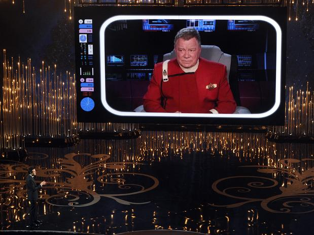 De manera sorprendente, el personaje 'Capitán Kirk' apareció en un video para plasmar al presentador Seth MacFarlane cómo arruinó la ceremonia 85 del Oscar.