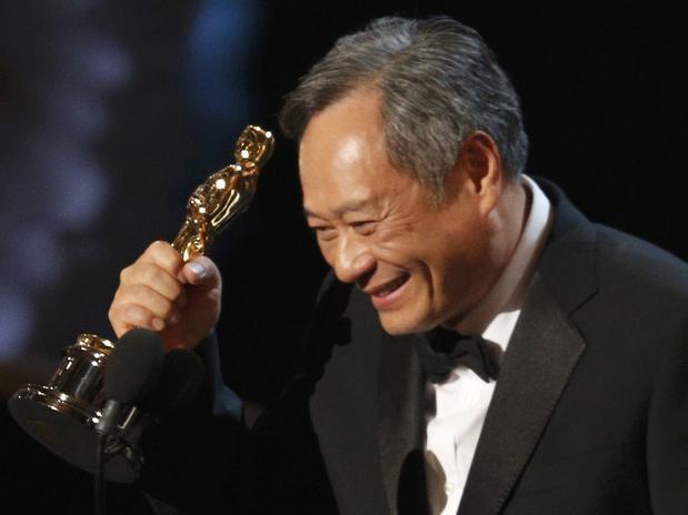 El director Ang Lee recibió con energia el premio como  Mejor Director por la pelícuala Life of Pi.