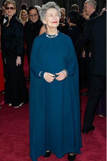 Emmanuelle Riva nos había robado el corazón con su interpretación en Amour y jugaba con ventaja respecto a nuestro criterio. No le hizo falta. Estaba maravillosa con este Lanvin con túnica azul.