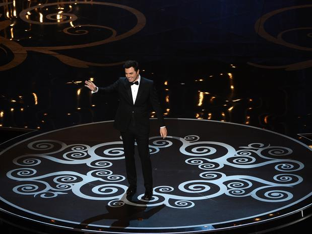En la velada, Seth MacFarlan dejó claro que aparte de animar y actuar también sabe cantar.