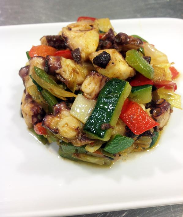 Fritada de pulpo con 12 verduras y aceite de pimentón y rama de tomillo