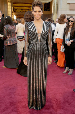 Halle Berry a su llegada a la alfombra roja de los Oscar 2013 con un arriesgado vestido de Versace