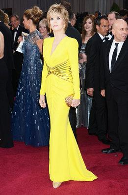 Jane Fonda a su llegada a la alfombra roja de los Oscar con un vestido de Versace