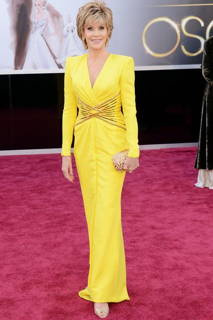 Jane Fonda no teme al amarillo y ha aparecido por la alfombra roja con este diseño neón de Versace.