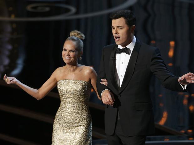 Kristin Chenoweth y el anfitrión del Oscar Seth MacFarlane realizarón el número de cierre de la ceremonia dedicándole una canción a las películas que perdieron.