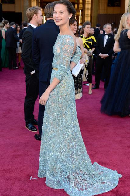 La actriz Alicia Vikander hizo honor al espectacular vestuario de Anna Karenina y fue una de las mejores vestidas de la gala con este Elie Saab Alta Costura.