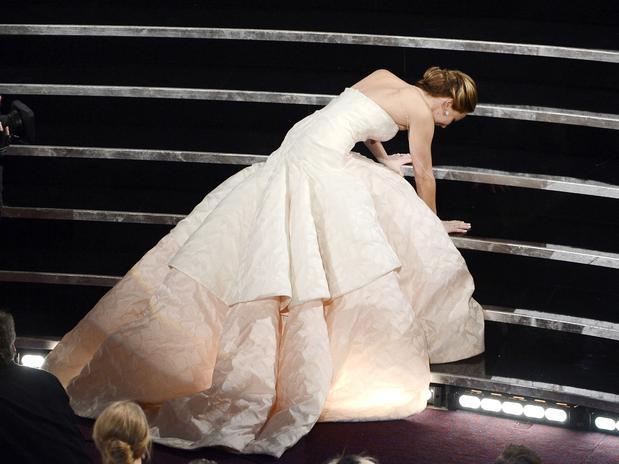 La actriz Jennifer Lawrence fue a dar al suelo mientras iba camino a recibir su Oscar como la Mejor Actriz.
