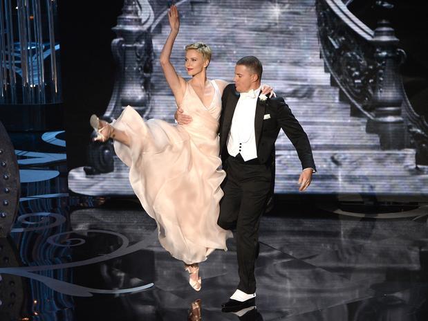 La bellísima actriz Charlize Theron y el actor Channing Tatum, en la apertura de la ceremonia hicieron una coreografía mientras el presentador cantaba un clásico del Oscar.