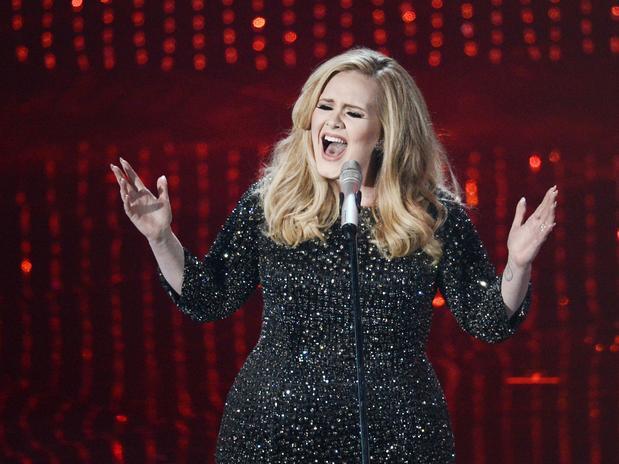 La cantante británica Adele tuvo un regreso alucinante a los escenarios, entonando las notas del tema de la nueva entrega del film James Bond 'Skyfall'