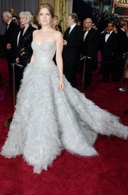 La nominada Amy Adams con un vestido de Oscar de la Renta a su llegada a la alfombra roja de los Oscar 2013