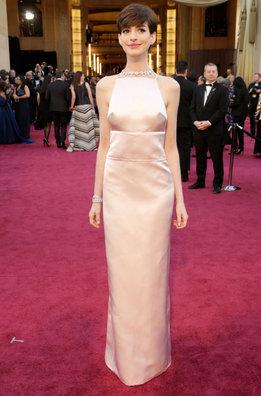 La nominada Anne Hathaway con un vestido de Prada a su llegada a la alfombra roja de los Oscar 2013