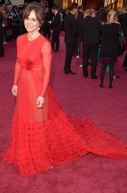La nominada Sally Field a su llegada a la alfombra roja de los Oscar 2013 con un vestido de Valentino