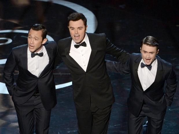 Las estrellas Joseph Gordon-Levitt, Seth MacFarlane y Daniel Radcliffe bailaron muy bien, a la vez que lanzaron unas buenas notas, durante el inicio de la ceremonia del OScar.