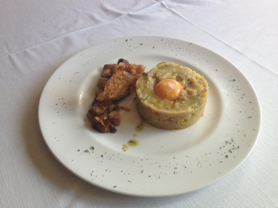 Parmentiere de bacon, boletus y berenjenas con clara de huevo crujiente