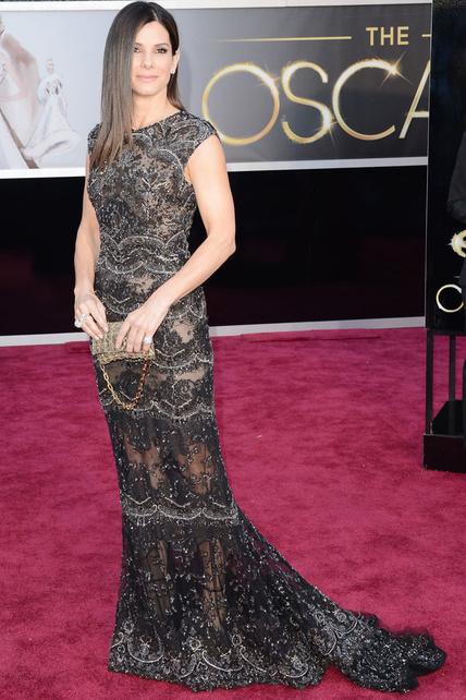 Pelo planchado, piedras y transparencias de Elie Saab para Sandra Bullock.