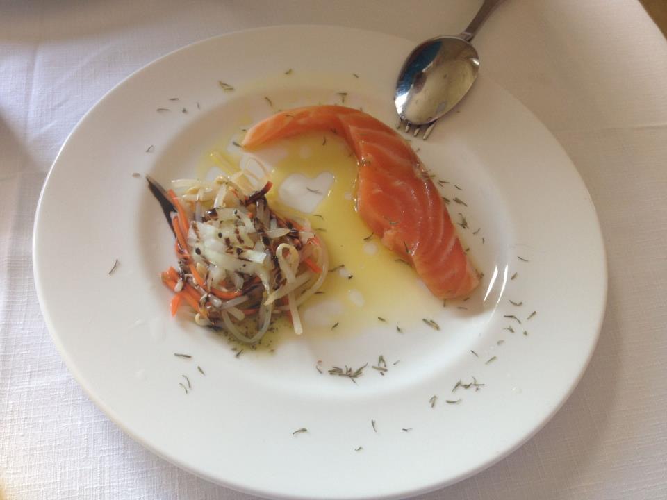 Salmón marinado con ensalada de brotes de soja