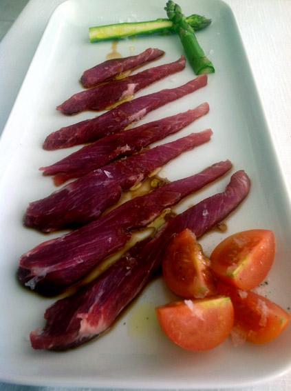 Sashimi de presa ibérica con salsa teriyaki y espárragos crudos y tomateros cherry con aceite de pimienta.