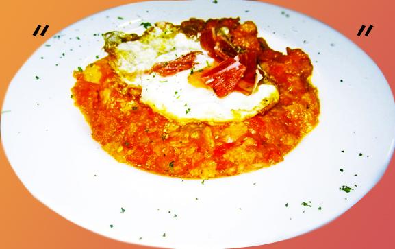 Sopa de tomate con huevo frito y jamón serrano.