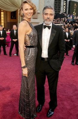 Stacy Keibler y George Clooney a su llegada a la alfombra roja de los Oscar 2013