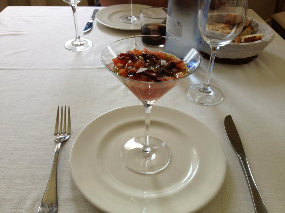 Tartar de tomate con anchoas y piñones