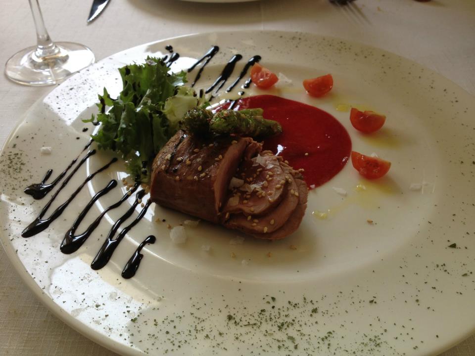 Tataki de solomillo con mermelada de frutos rojos y espárragos salteados