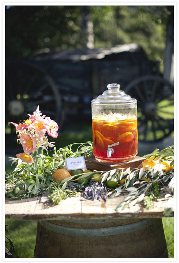 2 idea para decorar boda aire libre mesa flores barriles
