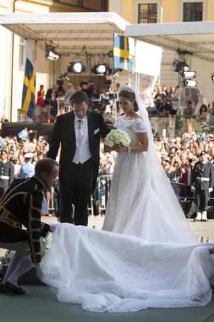 Causó más de un quebradero de cabeza durante la ceremonia la cola de cuatro metros de su vestido.