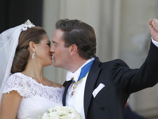 Dos fueron los besos que los recién casados se dieron al salir del Palacio Real para recibir las primeras felicitaciones. El gesto con la mano del joven indica el orden.