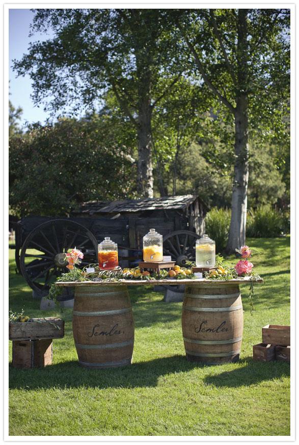 idea para decorar boda aire libre mesa flores barriles