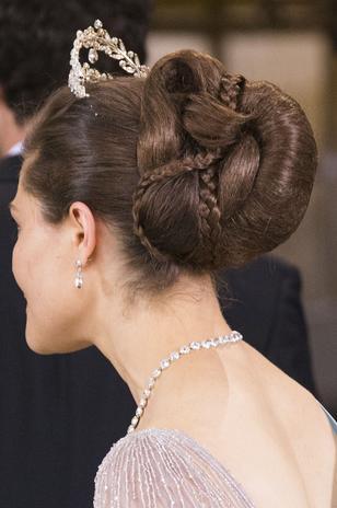 La hermana de la novia y heredera a la Corona de Suecia, Victoria de Suecia, ha lucido un original peinado caracterizado por un recogido en trenzas.