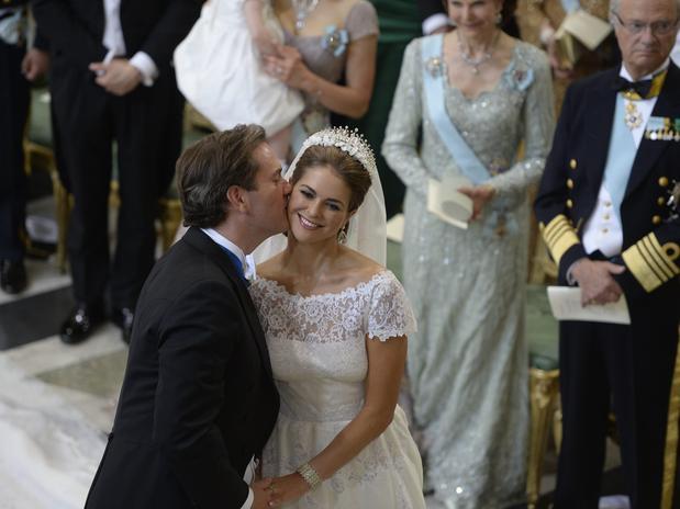 La pareja eligió la fórmula del beso en la mejilla tras darse el sí quiero.
