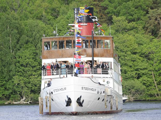Los invitados y los novios se desplazaron en barco hasta la isla de Lovön, el lugar donde se encuentra la residencia oficial de los Reyes. A bordo se sirvieron cócteles y champagne