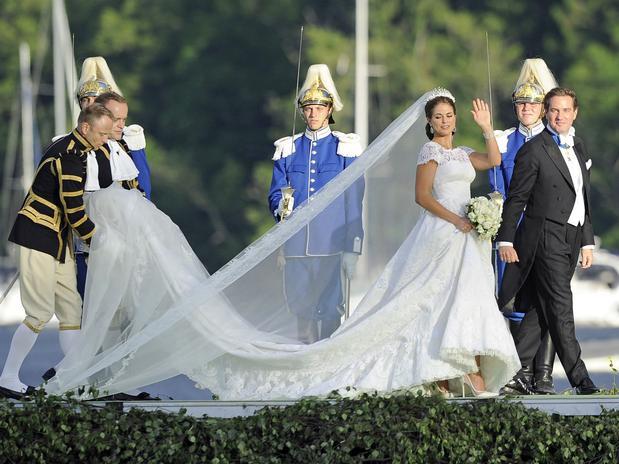 Un mayordomo le ha pisdo el velo a la princesa Magdalena de Suecia.