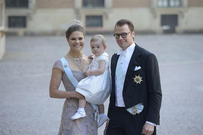 Victoria de Suecia con su marido y su hija